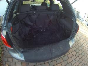 Kofferraumschutz und Hundegurt im Auto eingelegt
